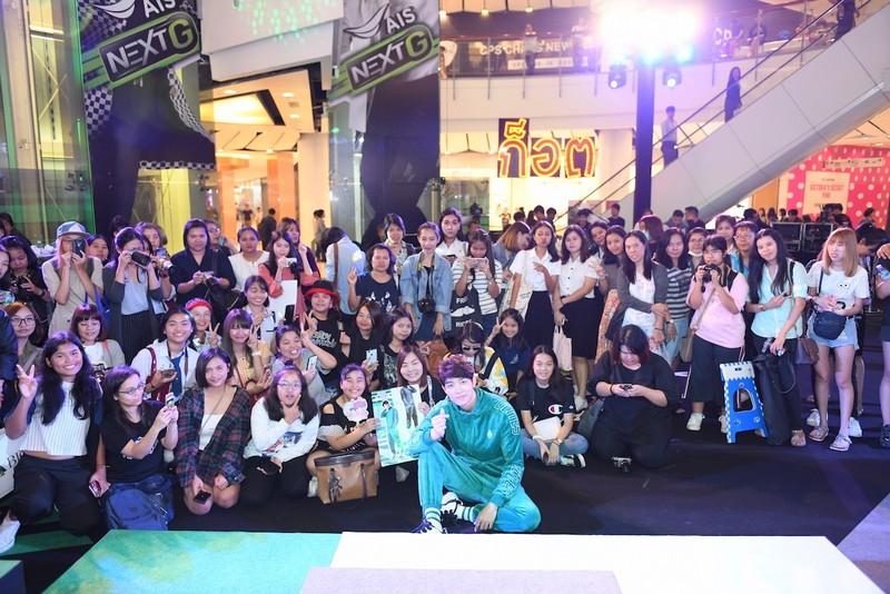 Skechers D'Lites 3 (9) - Crowded of fans came to support Itthipat